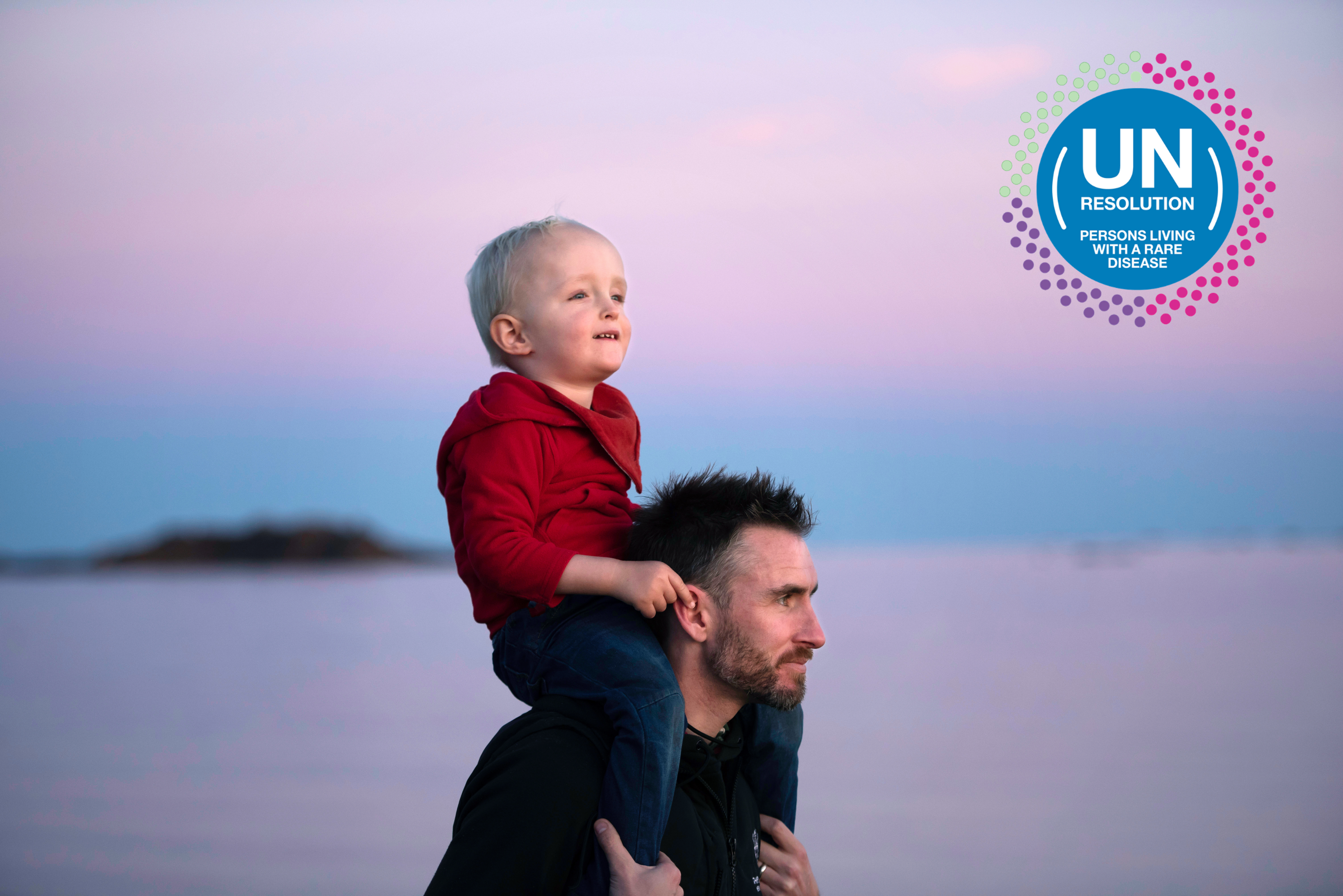 Pai e filho a olhar para o horizonte