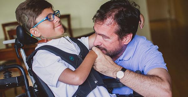 Criança a usar um aparelho respiratório